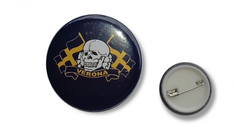 BUTTON PIN VERONA WHITE SKULL &FLAGS Pins & Stickers